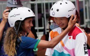 Momiji y Rayssa, dos jóvenes de 13 años que se llevan las medallas en skate feminino.