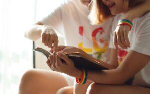 Encuentra los mejores libros LGBT en nuestra Biblioteca Básica Queer