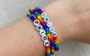 Moda con orgullo, aprende a hacer tu pulsera LGBT